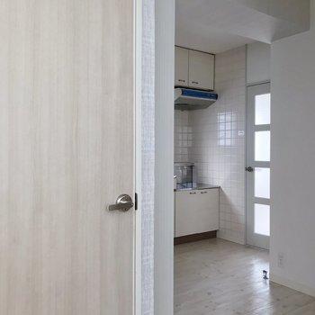 玄関入ったところの景色。手前のドアはトイレです。