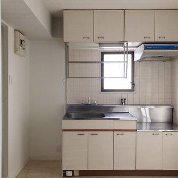 キッチンはどっしりと!シンクと壁の間に冷蔵庫を置けます。
