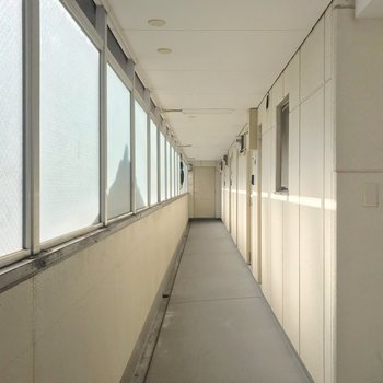 共用廊下には柵があるので雨に濡れません。