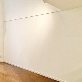 【洋室8.1帖】奥行きのある縦長な間取りです。※写真は7階の反転間取り別部屋のものです