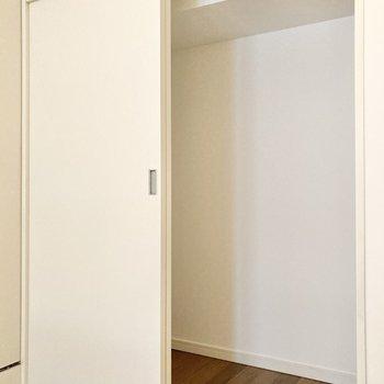 【洋室4帖】右側は引き戸の付いた収納です。※写真は7階の反転間取り別部屋のものです