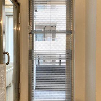 バルコニーに続く窓にはブラインドカーテンがついています。※写真は7階の反転間取り別部屋のものです
