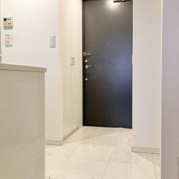 玄関には収納が2つ。※写真は7階の反転間取り別部屋のものです