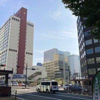 お部屋からまっすぐ歩くとすぐに東銀座駅です。駅周辺はグルメもお買い物も楽しめます。