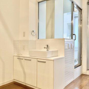 階段降りてすぐのところに洗面台があります。※写真は7階の反転間取り別部屋のものです