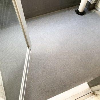 バルコニーは小さめです。お洗濯ものはこまめに干すのがよさそうですね。※写真は7階の反転間取り別部屋のものです