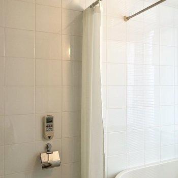 シャワーカーテンと物干し竿があるのでご活用くださいね。※写真は7階の反転間取り別部屋のものです
