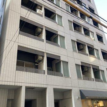 1階に店舗があるしっかりとしたマンションです。※写真は7階の反転間取り別部屋のものです