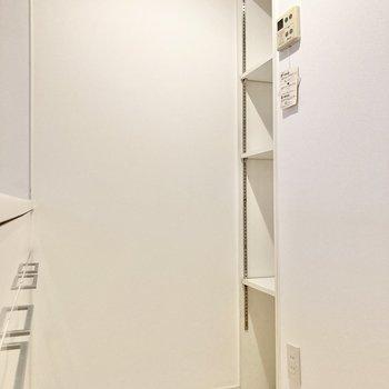 背面には収納があります。※写真は7階の反転間取り別部屋のものです