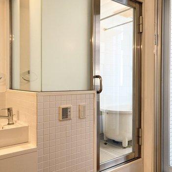 こちらのガラス張りの扉を開けると…※写真は7階の反転間取り別部屋のものです