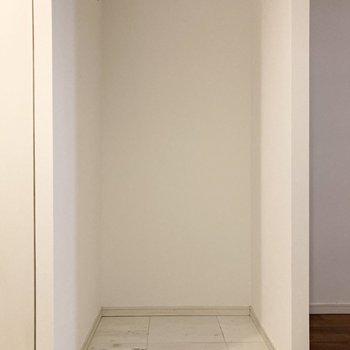 冷蔵庫置き場は左横のスペースに置けますよ。※写真は7階の反転間取り別部屋のものです