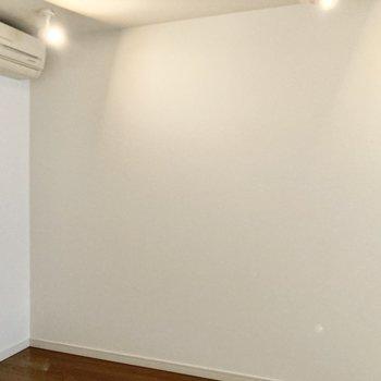 【洋室4帖】エアコンもあるので快適ですね。※写真は7階の反転間取り別部屋のものです