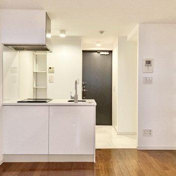 【洋室8.1帖】玄関側にキッチンがあります。※写真は7階の反転間取り別部屋のものです