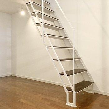 続いて階段をのぼって2階へ。※写真は7階の反転間取り別部屋のものです