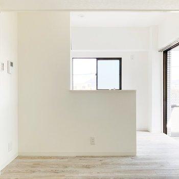 〈リビング〉かわいいL字の対面式キッチン。キッチンの横にはバルコニーが見えますね。