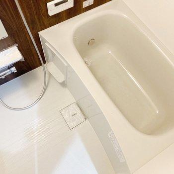 ブラウンのクロスがオシャレなお風呂。追い炊き付きで便利!