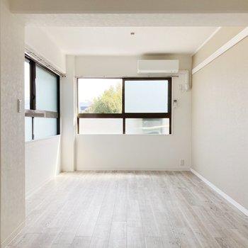 〈リビング〉2面採光で日差しがたっぷり。白基調のお部屋がより映えますね◎