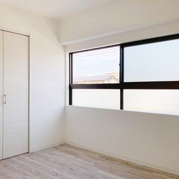 〈洋室〉大きな窓からも日差しがしっかり差し込みます。