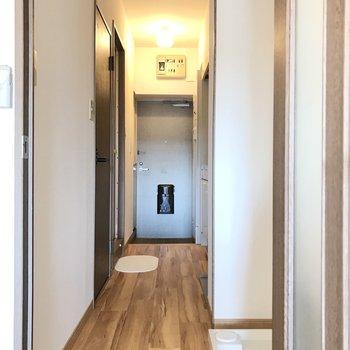 続いて廊下へ。幅は少し狭めです(※写真は6階の反転間取り別部屋、モデルルームのものです)