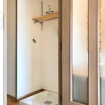 洋室側には洗濯機置き場。上の棚には洗剤などを置けそう!(※写真は6階の反転間取り別部屋、モデルルームのものです)