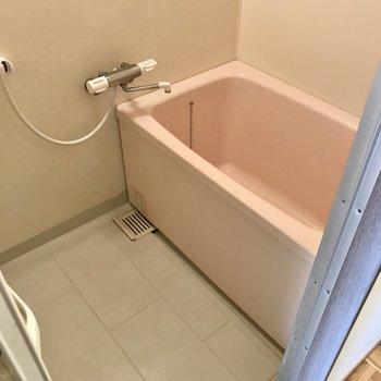 お風呂はサーモ水栓で温度調節楽ちんです!(※写真は6階の反転間取り別部屋のものです)