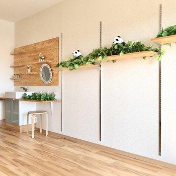 壁には手作り感ある可愛い棚が…!(※写真は6階の反転間取り別部屋、モデルルームのものです)