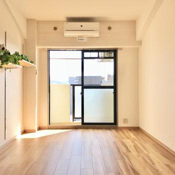 大きな窓からは温かい光!(※写真は6階の反転間取り別部屋、モデルルームのものです)