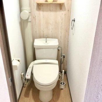 ウォシュレット付きのナチュラルトイレ(※写真は6階の反転間取り別部屋、モデルルームのものです)