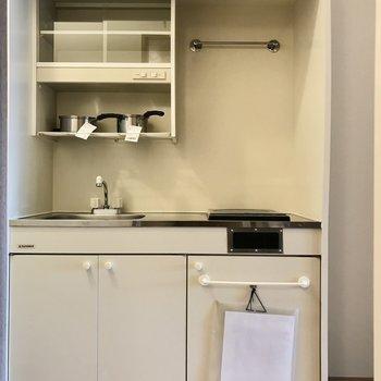 キッチン横には冷蔵庫置き場も(※写真は6階の反転間取り別部屋、モデルルームのものです)