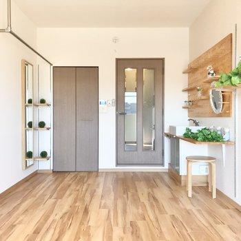 飾り棚が映えるリノベーションされたお部屋♩(※写真は6階の反転間取り別部屋、モデルルームのものです)