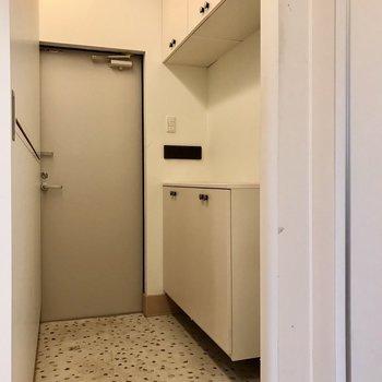 玄関や廊下にも間接照明がありました。シューズボックスは上下で大容量(※写真は同間取り別部屋、清掃前のものです)