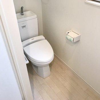 その隣にトイレ!ウォシュレット付きです(※写真は同間取り別部屋、清掃前のものです)