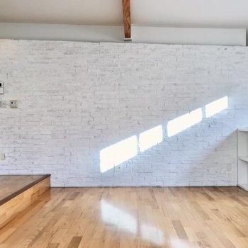 片側は本物レンガの壁。小窓からの光も芸術みたい(※写真は同間取り別部屋、清掃前のものです)