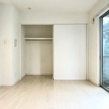クローゼットの扉もスライド式なのでデッドスペースはありません◎(※写真は同間取り別部屋、清掃前のものです)