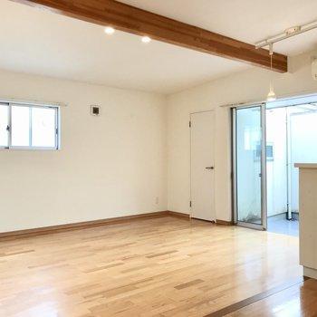 まずは2階、リビング。広々として、家具もしっかり置けますよ(※写真は同間取り別部屋、清掃前のものです)