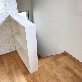 階段の手前の棚には雑貨を飾るかな?それでは1階に降りてみましょう(※写真は同間取り別部屋、清掃前のものです)