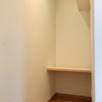 そしてキッチンの奥にはこの空間。奥の棚をデスクにして、メニューを考えてもいいなぁ(※写真は同間取り別部屋、清掃前のものです)