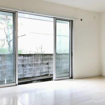 まずは洋室!ダブルベッドも難なく置ける広さです。テレビは窓の右側にね(※写真は同間取り別部屋、清掃前のものです)