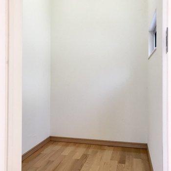 この空間!コンセントもあるので書斎にしたり、収納にしたり。使い方は自由自在(※写真は同間取り別部屋、清掃前のものです)