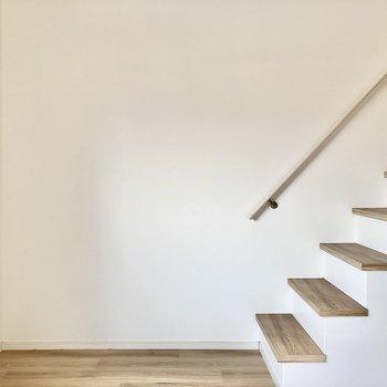 階段周辺はすっきりさせたいですね!(※写真は清掃前のものです)