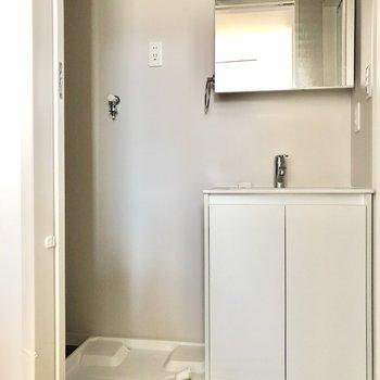 最後はサニタリー。スタイリッシュ洗面台と洗濯機置き場(※写真は清掃前のものです)