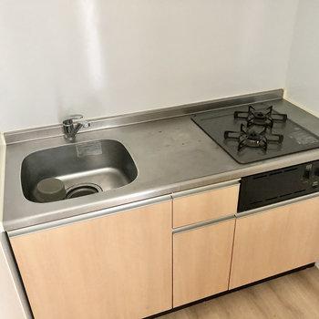2口コンロ、作業スペースもしっかりあるシステムキッチン(※写真は清掃前のものです)