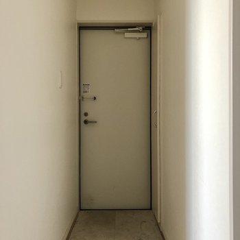玄関はシンプルな印象です(※写真は清掃前のものです)