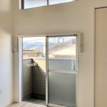2階・最上階のお部屋なので上にも窓が!エアコン付き(※写真は清掃前のものです)