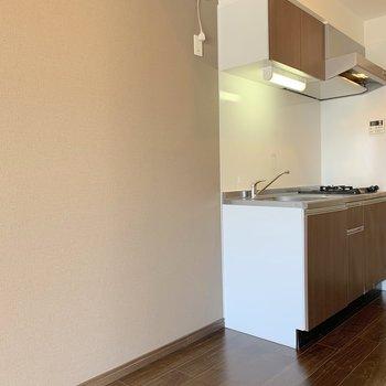キッチンの左側には冷蔵庫の場所も横にずらせるので、食器置き場などを追加しても◎