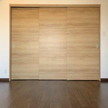 【洋室】4.6帖だから、ちょうどダブルベッドがぴったりな広さ