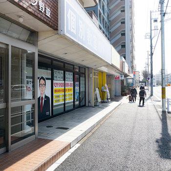 エントランスを出ると大通りへ。建物の1階には塾や保険会社、ブーランジェリーが入っています!