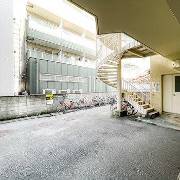 また、階段はもうひとつあり、螺旋階段を降りるとその先には駐輪スペースが。