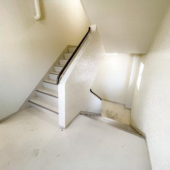 エレベーターはなく、お部屋へは階段で。幅が広いので、家具の搬入はしやすそうです。