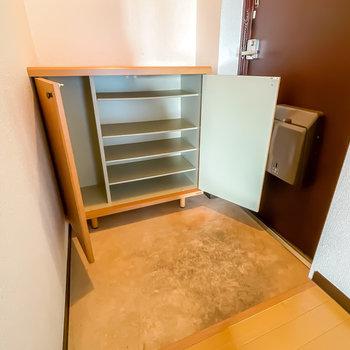 ゆったり広めの玄関には1段に3足ほど入る大きさの靴箱が備え付け。